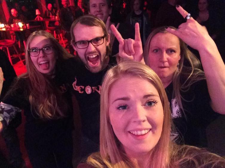 CORNA-FANS: Per Magnus Henriksen (sutrekopp og vindusvasker), meg, Rune, Hanne Gjersdal Johansen (fru Corna) og lillesøster. Foto: Jenny Martinsen