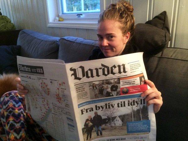 COVERGIRL: Elene leser om oss i dagens Varden. Foto: Rune S. Alexandersen / Tekstgården (c)