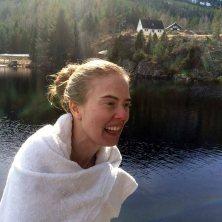 FRISKT: Elene har nettopp fått hodet over vannet igjen etter årets første bad i Vråvatn.