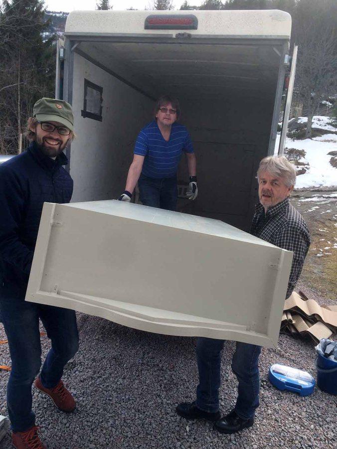 BÆRING: Halve påska gikk med til pakking, flytting, kjøring og bæring. Vi fikk god hjelp av Martinsens flyttebyrå og brødrene Olav og Gaute.