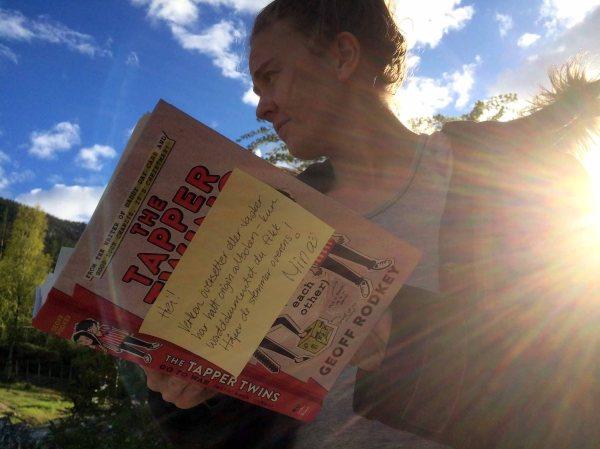BARNEBØKER: Elene har alltid hatt lyst til å jobbe med barnebøker. Det får hun nå mulighet til i Tekstgården! Her med et eksemplar av «Tappertvillingene går til krig (mot hverandre)» av Geoff Rodkey, som Gyldendal barn og ungdom gir ut i år. Foto: Rune S. Alexandersen (MMS)