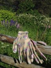 PRINSESSEHANSKER: Ikke kle deg som en potetsekk når du skal ut i hagen, men i blomstrete lukehansker fra GardenGirl.