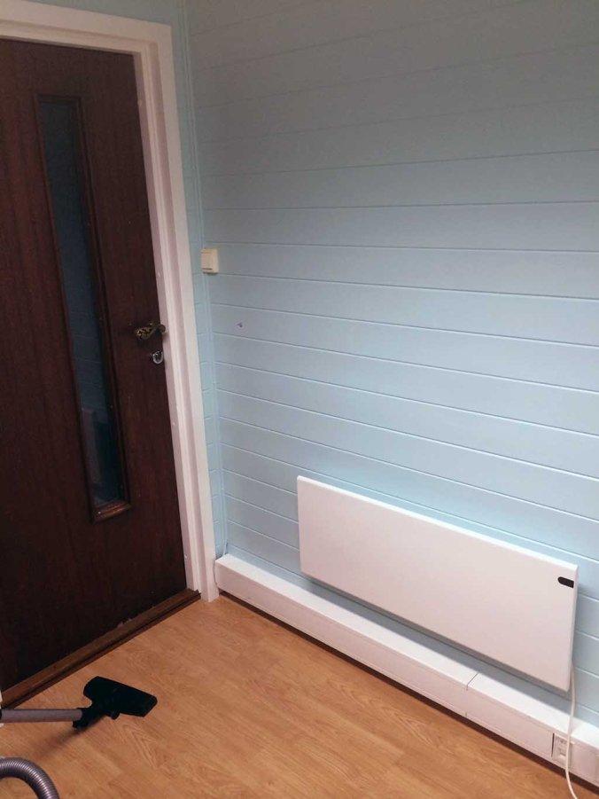 VARME: Kontoret på låven er greit isolert, men en ny panelovn sørger nå for at innetemperaturen er behagelig i arbeidstida (og den senker temperaturen på natta!). Foto: Rune S. Alexandersen