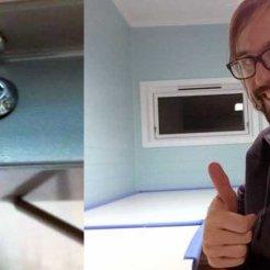 FLATPAKKE: Skrivebordene kom selvfølgelig flatpakket, men det var en smal sak for vår nevenyttige daglige leder (kremt). Foto: Rune S. Alexandersen