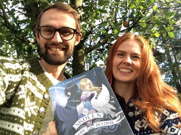 ET EVENTYR: Boka handler om Sophie og Agatha, som går på eventyrskolen der Askepott, Snøhvit, Rødhette og andre har gått før dem. PS! Fanakoftene er strikket av Else Indresand.