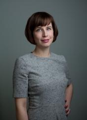 1960-ÅRENE: Hanne elsker 1960-årene, så hun gled rett inn i rollen som sekretær fra fordums tid. Foto: Anita Arntzen