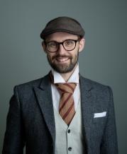 FIRMAETS MANN: Rune iført sixpence, ullslips kjøpt på bruktbutikk i Valencia og moderne tweedjakke. Foto: Anita Arntzen