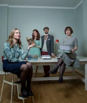 NATURLIGE POSITURER: Det blir jo litt skuespill også. Ingrid, Elene, Rune og Hanne. Foto: Anita Arntzen
