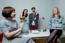 LITTERÆR SAMLING: Både Hanne (t.v.) og Ingrid (t.h.) er forfattere, og Elene og Rune (i midten bak) skriver på spennende saker. Foto: Anita Arntzen