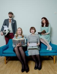 NY BRUKTSOFA: Oslo-kontoret har fått ny bruktsofa. Og vi liker fargen! Rune, Ingrid, Hanne og Elene prøver den. Foto: Anita Arntzen
